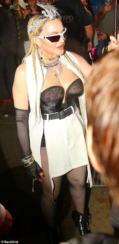 """Madonna hở hang sánh đôi """"phi công"""" kém 36 tuổi lên thảm đỏ - Ảnh 3."""