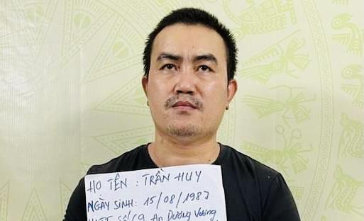 Nghi can Trần Huy tại cơ quan công an