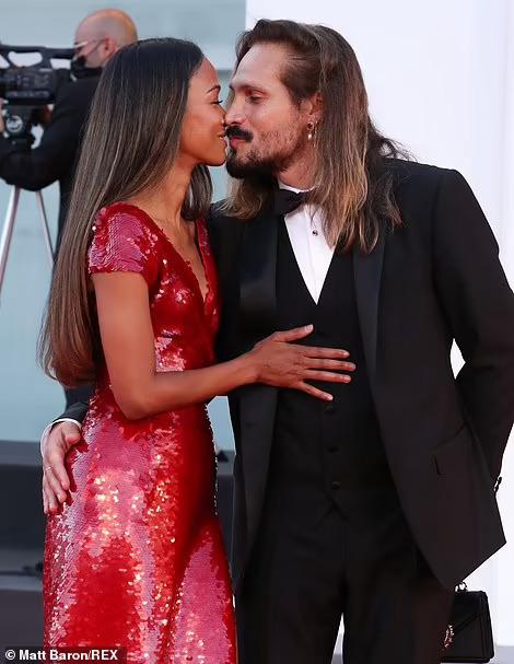 """Sao phim """"Avatar"""" trao nụ hôn trên thảm đỏ Liên hoan phim Venice - Ảnh 4."""