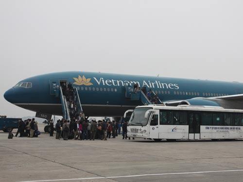 Kết quả hình ảnh cho Chuyến bay cuối cùng chở lao động Việt Nam từ Libi về nước đáp xuống sân bay Nội Bài.