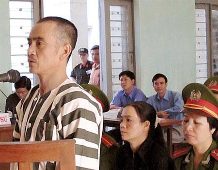 """Huỳnh Văn Nén tại phiên tòa phúc thẩm lần 2 """"vụ án vườn điều"""", ngày 10-3-2005"""