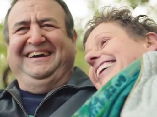 Mặc đầm hồng để đổi lấy tiếng cười của vợ