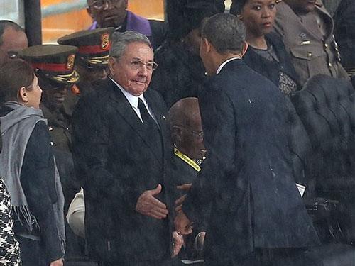 Tổng thống Mỹ Barack Obama và Chủ tịch Cuba Raul Castro bắt tay tại lễ tưởng niệm ông Nelson Mandela hồi cuối năm 2013. Ảnh: AP