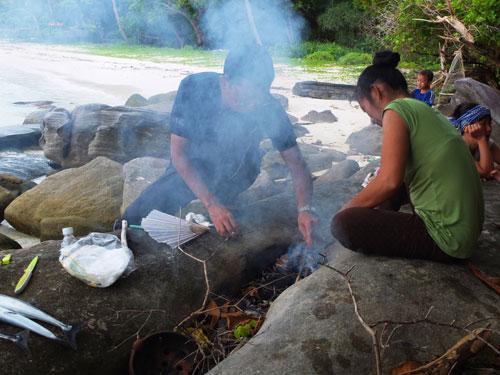 Nhóm lửa chuẩn bị nướng cá