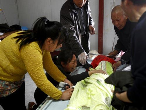 Gia đình đau khổ trước cái chết của bé gái thứ hai hồi 1-5-2013