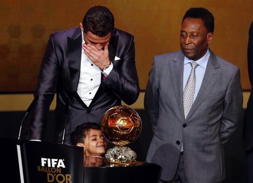 Pele trao giải thưởng Quả bóng vàng FIFA 2013 cho Critiano Ronaldo