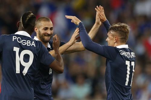 Benzema (giữa) trong màu áo Les Bleus