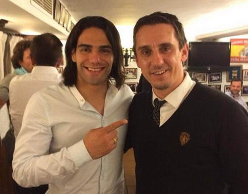 Cựu thủ quân Gary Neville (phải) của Man United