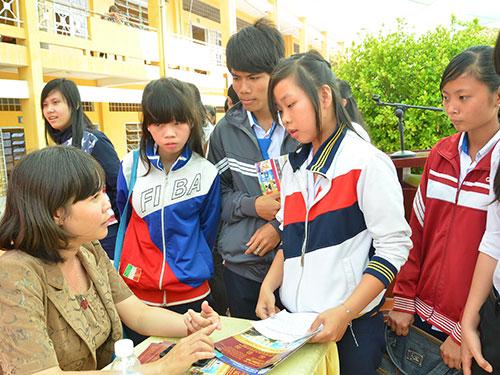Thí sinh tìm hiểu thông tin về kỳ thi tuyển sinh ĐH, CĐ - Ảnh: Tấn Thạnh