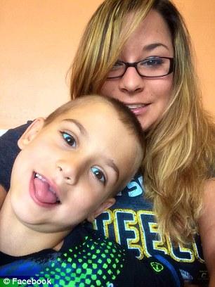 Cô Yasemin Stephenson và con trai. Ảnh: Facebook