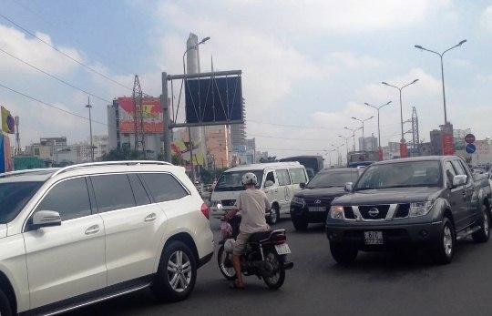 Hơn 1 giờ sau khi vụ tai nạn xảy ra, hiện trường vẫn chưa được giải quyết khiến các loại xe qua vòng xoay phải di chuyển chậm