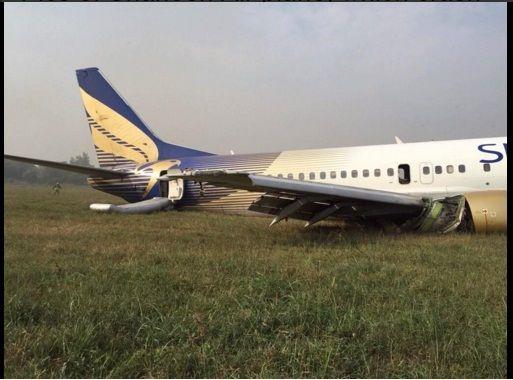 Chiếc máy bay số hiệu NL-142 hạ cánh khẩn hôm 3-11. Ảnh: Twitter