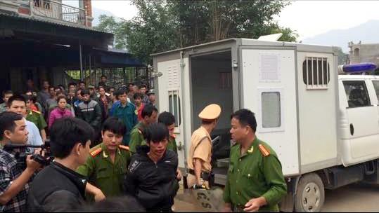Lực lượng Công an huyện bắt giữ Ma Đình Điệp sau khi chém chết bác - Ảnh: tinvov.com