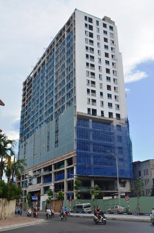 Chủ đầu tư tòa nhà 8B Lê Trực đã tự ý xây cao thêm khoảng 16 m, tương đương 5 tầng, so với giấy phép - Ảnh: Nguyễn Hưởng
