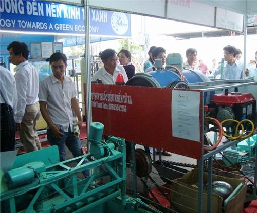 Sản phẩm máy phun thuốc trừ sâu tự động của anh Trần Thanh Tuấn tại một hội chợ công nghệ
