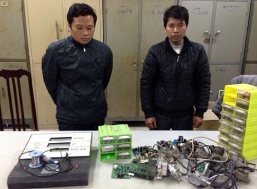 Phong và Toàn, 2 người bán chip gian lận xăng dầu tại cơ quan điều tra - Ảnh: ANTĐ