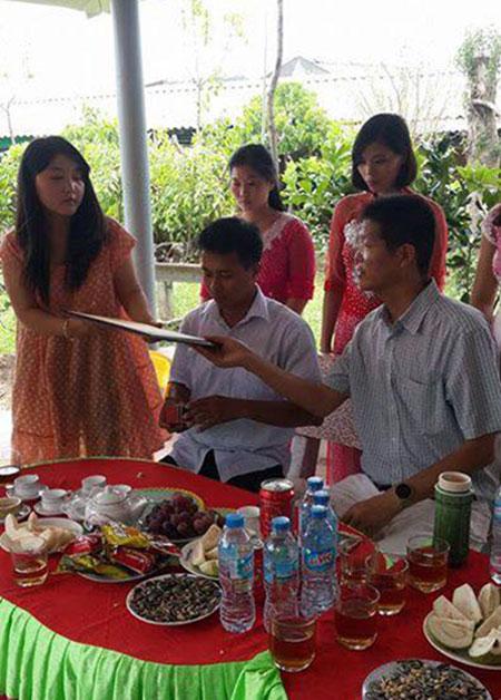 Buổi lễ kí kết hợp đồng bán gà giống của Chủ tịch Hội những người nuôi gà Đông Tảo Lê Quang Thắng với thương lái Trung Quốc.