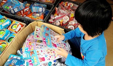 Không nên cho trẻ chơi miếng dán có xuất xứ Trung Quốc.