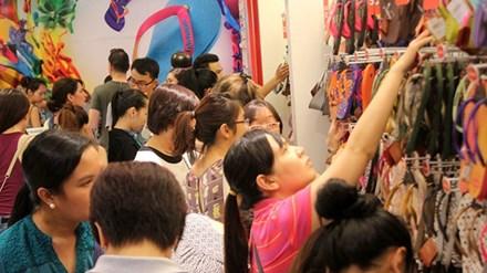 Black Friday năm 2014, một số đơn vị ở Việt Nam cũng áp dụng khuyến mại ăn theo và bước đầu thu hút khách hàng quan tâm. Ảnh: Zen Nguyễn/Zing