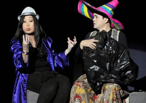Nghệ sĩ Quốc Thảo (phải) và nghệ sĩ Hồng Vân trong một vở diễn trên sân khấu Phú Nhuận.