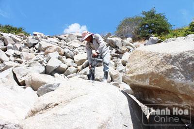 Những tảng đá phía sau ông Nguyễn Văn Hai như đang chực chờ lăn xuống