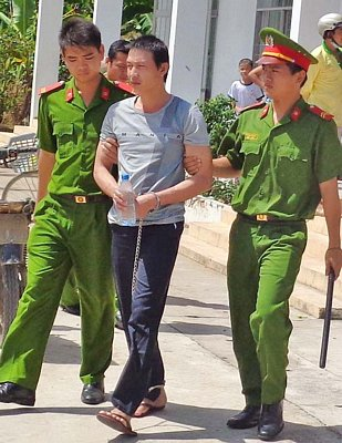 Nguyễn Minh Thắng bị ông an dẫn giải ra tòa
