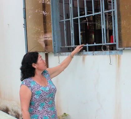 Bà Hoa chỉ cửa sổ bị kẻ trộm cắt song sắt để đột nhập