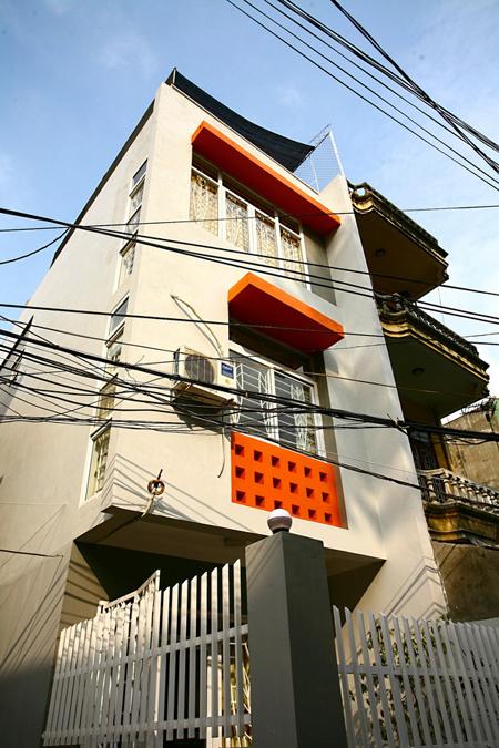 Công trình là ngôi nhà của một gia đình trẻ ra ở riêng. Nằm trong ngõ nhỏ nhưng ngôi nhà có ưu điểm là có nhiều mặt thoáng. Diện tích xây dựng 55 m2 trên tổng số 70 m2 đất. 15m2 để lại cho mảnh sân nhỏ - một khoảng lùi cần thiết cho cho sự kín đáo và để xe.