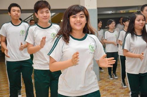 Cần giúp HS cân bằng giữa học tập và tham gia hoạt động ngoại hóa, vui chơi, giải trí. Trong ảnh: Học sinh Trường THCS - THPT Thái Bình cùng nhảy flashmob Ảnh: TẤN THẠNH