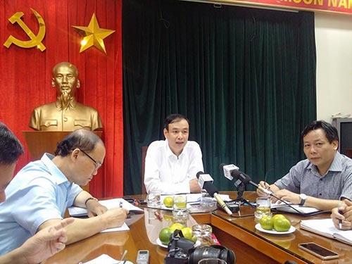 Ông Đào Đức Toàn (giữa) thông tin vụ kiểm điểm cán bộ huyện Mỹ Đức, TP Hà Nội với báo chí