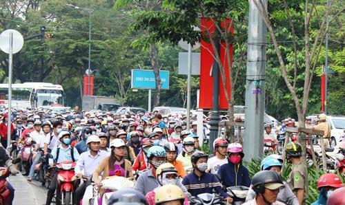 Ùn tắc ở giao lộ Phan Thúc Duyện - Trần Quốc Hoàn (quận Tân Bình)