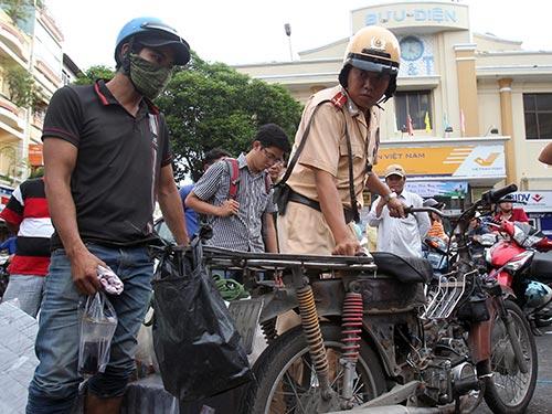 CSGT xử lý xe vi phạm tại quận 5, TP HCM Ảnh: HOÀNG TRIỀU