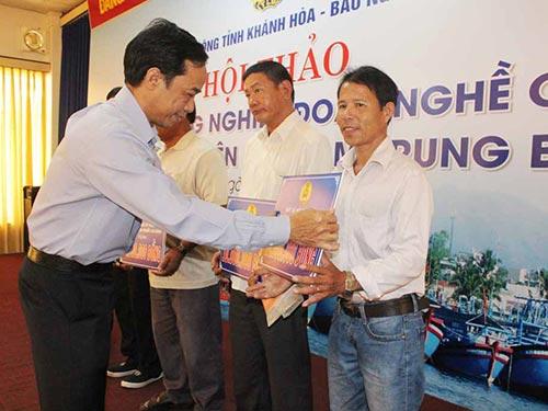 Ông Đỗ Danh Phương, Tổng Biên tập Báo Người Lao Động, trao tiền hỗ trợ ngư dân từ Quỹ Tấm lòng vàng Người Lao Động