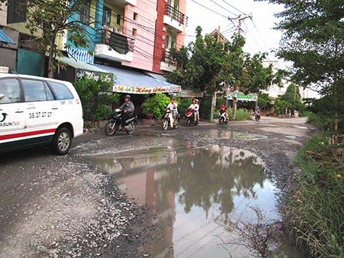 Đường trong khu dân cư Bến Lức xuống cấp nghiêm trọng