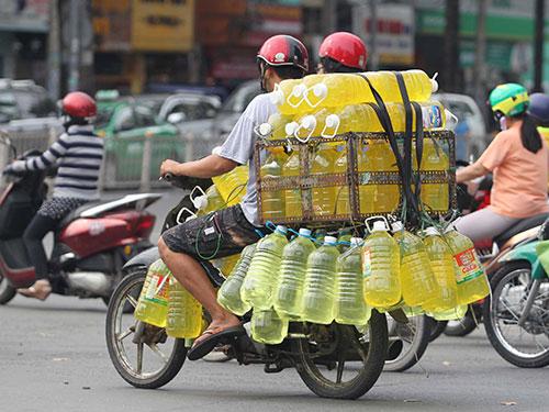 Nước rửa chén trôi nổi được đưa từ chợ Kim Biên (quận 5, TP HCM) đi bỏ mối nhiều nơi Ảnh: HOÀNG TRIỀU