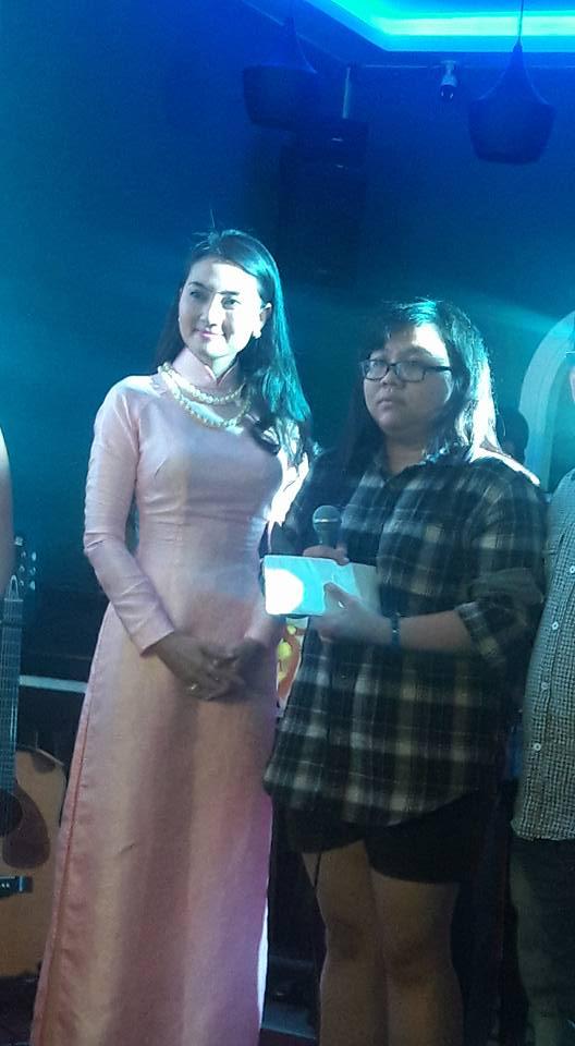 Ngọc Lan trao tiền cho con gái diễn viên Thành Lũy