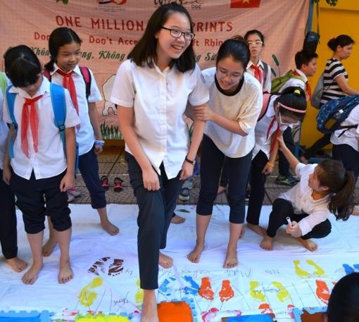 In dấu chân sơn ký tên ủng hộ tổ chức bảo vệ loài tê giác