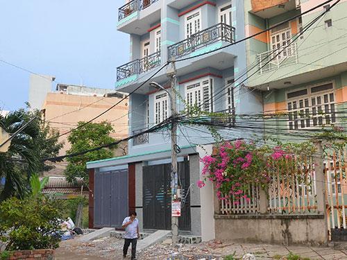 Hai căn nhà vừa xây xong ở phường An Lạc A đang được rao bán Ảnh: TẤN THẠNH