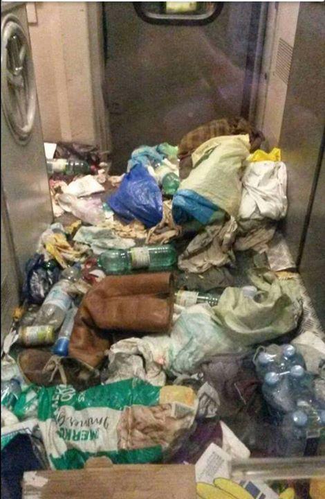 Người dân địa phương than phiền về tình trạng hỗn loạn và rác thải của người di cư. Ảnh: RT