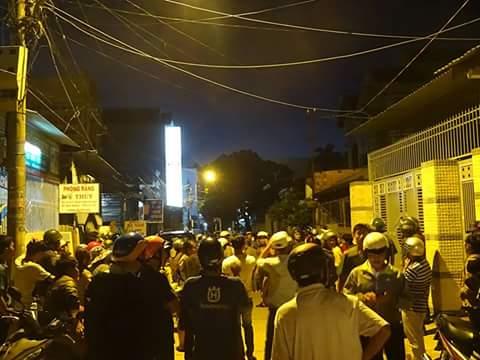 Rất đông người dân bao vây tại nhà riêng ông Hùng - Ảnh người dân cung cấp