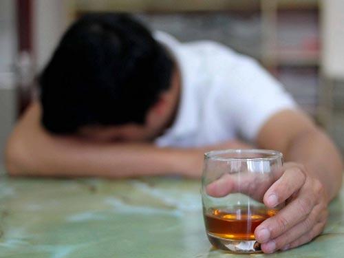 Người lạm dụng rượu có nguy cơ rối loạn tâm thần Ảnh: HOÀNG TRIỀU
