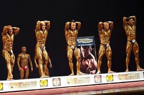 Trần Hoàng Duy Phúc (thứ hai từ phải sang) giành HCV hạng cân 65 kg Ảnh: ĐÔNG LINH