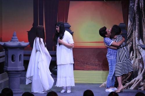 Trường Giang hôn Vân Trang khi cô làm khách mời trong phòng anh và Chí Tài