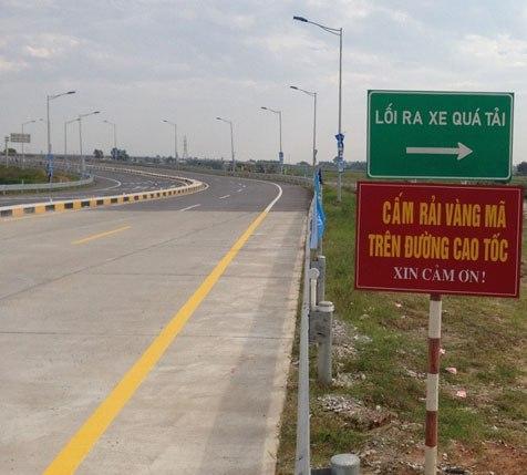 Cơ quan quản lý đường cao tốc đã phải cắm biển cấm rải vàng mã để tránh những vụ tai nạn giao thông đáng tiếc