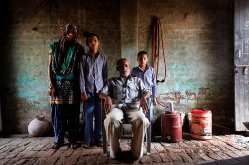 Ông Sadharum Berwal cùng vợ và 2 con trai Ảnh: AP