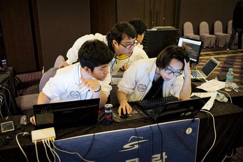 Các thí sinh tham gia cuộc tranh tài của tin tặc mũ trắng  do Cơ quan Tình báo quốc gia và Bộ Quốc phòng Hàn Quốc tổ chức Ảnh: THE WASHINGTON POST