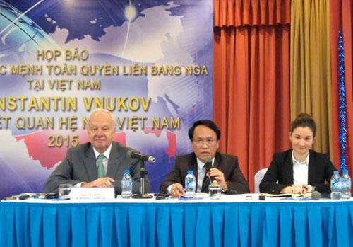 Đại sứ Nga Konstantin Vnukov (bìa trái) tại buổi họp báo Ảnh: Dương Ngọc