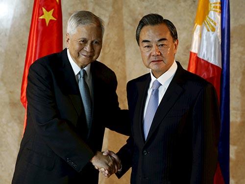 Ngoại trưởng Philippines Albert del Rosario bắt tay người đồng cấp Trung Quốc Vương Nghị  tại Manila hôm 10-11 Ảnh: REUTERS