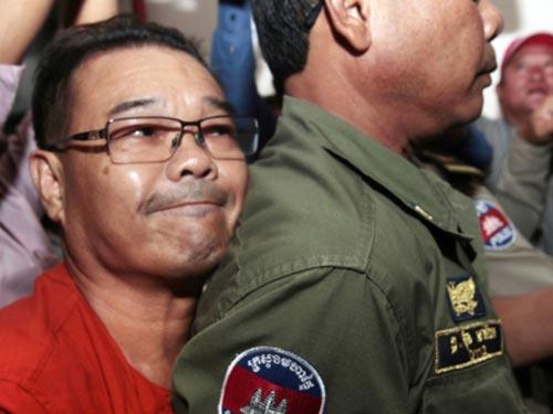 Ông Hong Sok Hour ra tòa hôm 2-10 Ảnh: AP