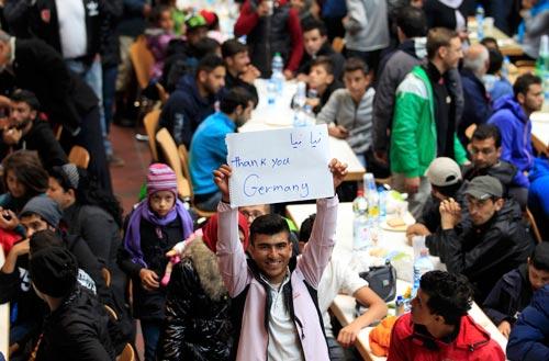 Người di cư tại điểm đăng ký ở nhà ga xe lửa Dortmund - Đức hôm 6-9 Ảnh: REUTERS